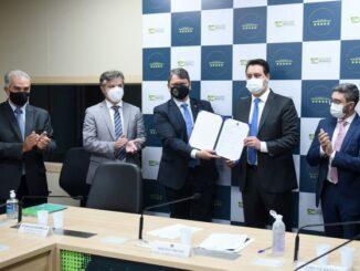 Contrato foi assinado nesta semana, com a participação do ministro Tarcísio de Freitas, representantes da empresa e governadores. Foto: MInfra.