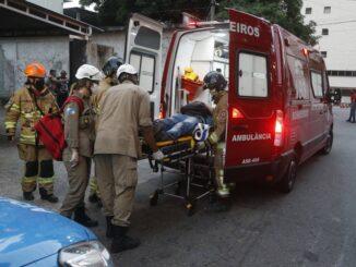 Uma das vítimas do princípio de incêndio é socorrida Foto: Fabiano Rocha / Agência O Globo