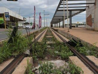 Mato se acumula sobre trilhos de VLT em Várzea Grande, na Grande Cuiabá - Alair Ribeiro/Folhapress