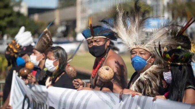 Indígenas de diversas etnias fazem protesto em frente ao Congresso Nacional contra o projeto que altera regras para demarcação de terras Foto: EFE/Joédson Alves