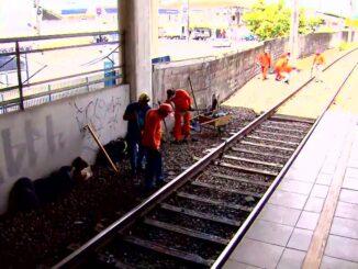 Trabalhadores da manutenção dos trilhos do Metrô do Recife — Foto: Reprodução/TV Globo