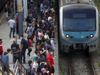 Estação da Supervia em Gramacho, na Baixada Fluminense: redução de trens agrava aglomeração Foto: Fabiano Rocha / Agência O Globo