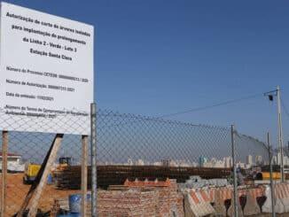 Placa indica a autorização para corte de árvores em canteiro de obras para ampliação da linha 2-verde do metrô na região da Vila Formosa, na zona leste - Rivaldo Gomes/Folhapress