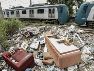 Monte de lixo no ramal Santa Cruz dos trens, próximo a passagem irregular na altura da Rua Campo Grande Foto: Gabriel de Paiva / Agência O Globo