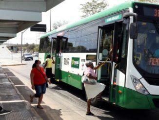 Prefeito entregou novos ônibus capazes de integrar tanto o sistema de VLT quanto BRT [Foto – Luiz Alves]