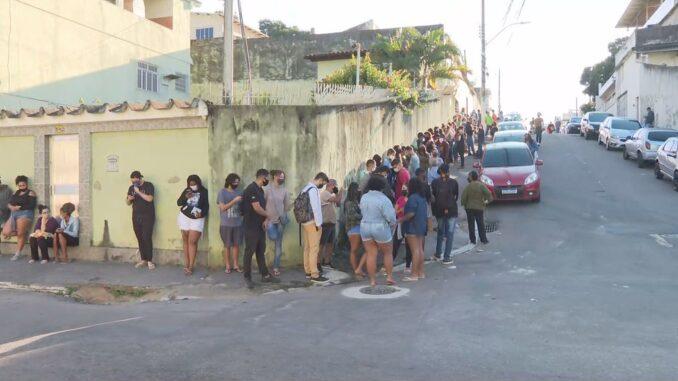 Fila para a vacinação contra a Covid-19 em Duque de Caxias — Foto: Reprodução/ TV Globo