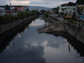 Poluição no Rio Pavuna, na zona Norte do Rio de Janeiro - Foto: Tércio Teixeira / Folhapress