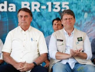 O presidente Jair Bolsonaro com o ministro Tarcísio Gomes de Freitas em janeiro, em evento na Bahia - Alan Santos/PR