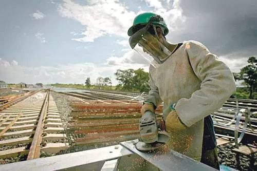 Operário trabalha em construção de ferrovia no Brasil - Foto: ROBSON FERNANDJES/AGÊNCIA ESTADO - 18.2.2010